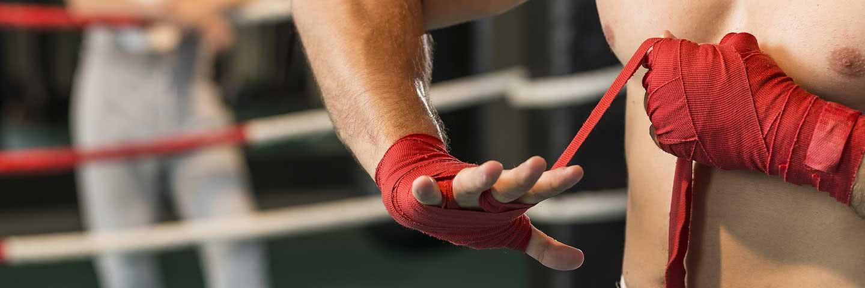 Boxer beim Bandagieren seiner Hände
